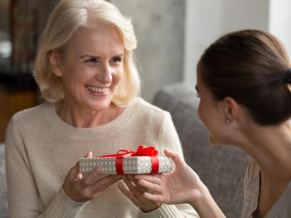 Что подарить маме на праздник?